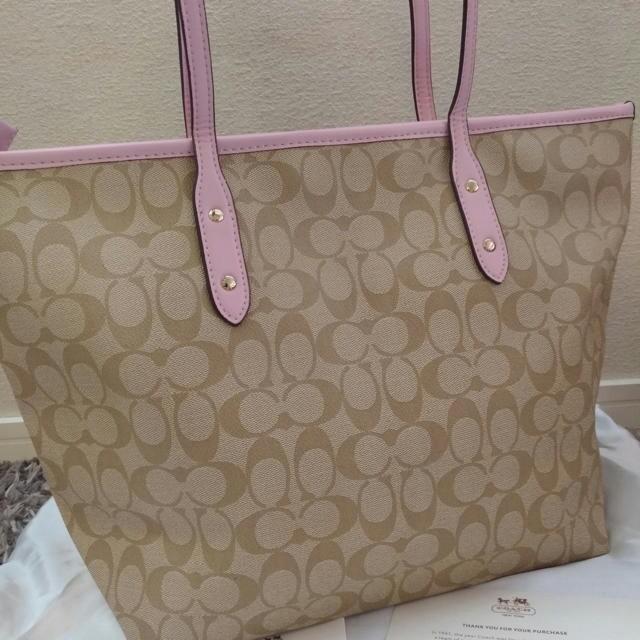 COACH(コーチ)のCOACH コーチ 新品 かわいいピンク 通勤通学 トートバッグ☆ レディースのバッグ(トートバッグ)の商品写真