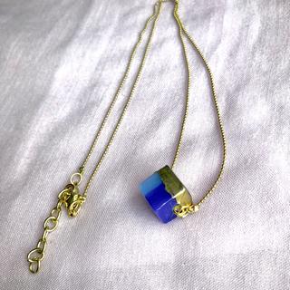 アンティカ(antiqua)のガラスキューブ ネックレス ネイビー NV(ネックレス)