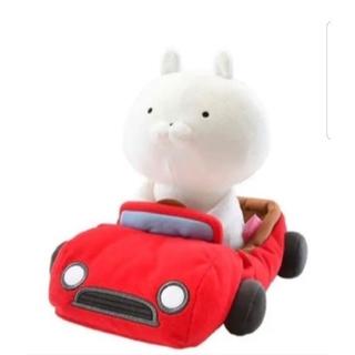 うさまる 赤い車に乗ったぬいぐるみ