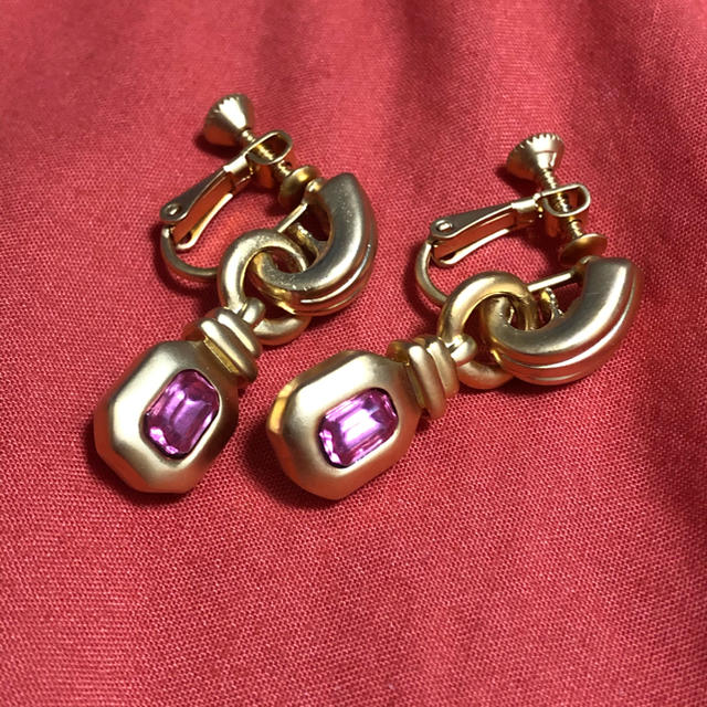 Grimoire(グリモワール)のヴィンテージ つや消し ゴールド キラキラ 小ぶり 揺れる ピンク イヤリング レディースのアクセサリー(イヤリング)の商品写真