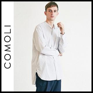 COMOLI - COMOLI バンドカラーストライプシャツ