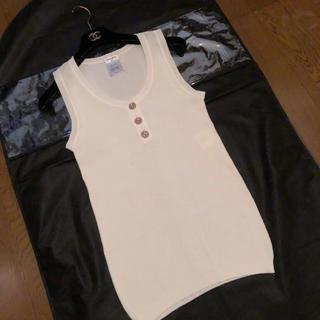 シャネル(CHANEL)の超美品 シャネル ホワイト ノースリーブ 飾りボタン ♡(シャツ/ブラウス(半袖/袖なし))