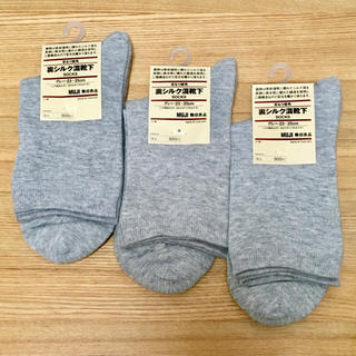 MUJI (無印良品) - 無印良品 足なり直角 裏シルク混靴下 グレー