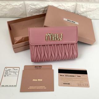 ミュウミュウ(miumiu)の【新品同様】ミュウミュウ マテラッセ ビジュー付き折り財布 ピンク(財布)