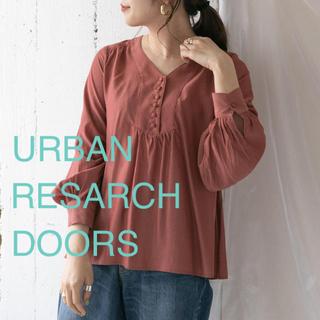 ドアーズ(DOORS / URBAN RESEARCH)のクルミボタンブラウス ピンク(Tシャツ(長袖/七分))