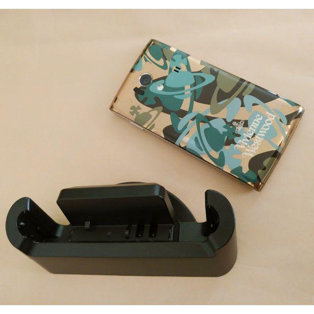 NTTdocomo(エヌティティドコモ)のVivienne Westwood スマホ本体 スマホ/家電/カメラのスマートフォン/携帯電話(スマートフォン本体)の商品写真