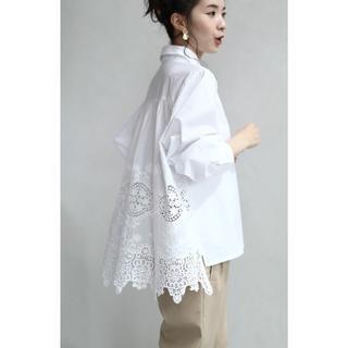 カワイイ(cawaii)の美品 cawaii カワイイ 後ろレースのふんわりシャツ ホワイト SL対応(シャツ/ブラウス(長袖/七分))