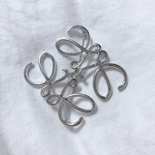 ロエベ(LOEWE)の幾何学模様 ブローチ シルバー 新品未使用(ブローチ/コサージュ)