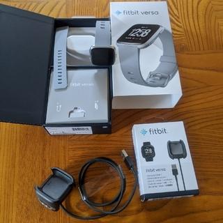 フィットフィット(fitfit)の新品に近い Fitbit Versa スマートウォッチ Gray L/Sサイズ(腕時計(デジタル))