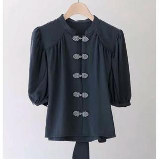 カスタネ(Kastane)のidem Back Ribbon China Blouse dark gray(シャツ/ブラウス(半袖/袖なし))