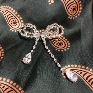 フォクシー(FOXEY)のCrystal ribbon ブローチ(ブローチ/コサージュ)