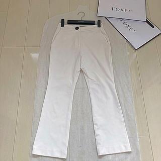 フォクシー(FOXEY)のFOXEY NY ホワイト ストレッチ パンツ(カジュアルパンツ)