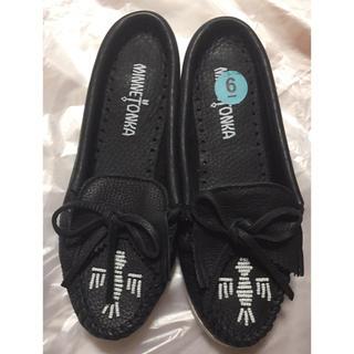 ミネトンカ(Minnetonka)のミネトンカ スリッパ モカシン 本革 ネイビー 刺繍 日本未入荷 (ローファー/革靴)