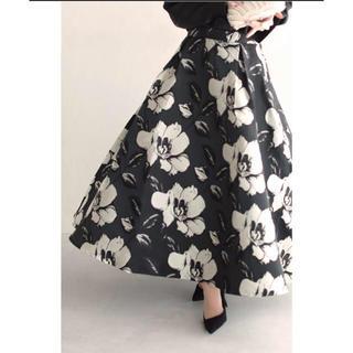 カワイイ(cawaii)の美品 カワイイ ジャガードの白い花が咲くエレガントなモノトーンのロングスカート(ロングスカート)