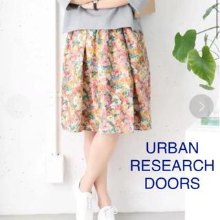 ドアーズ(DOORS / URBAN RESEARCH)のアーバンリサーチドアーズ。フラワーギャザースカート Flower.A 花柄 膝丈(ひざ丈スカート)