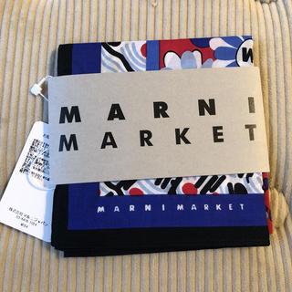 マルニ(Marni)のマルニマーケット レッド/ブルーフラワー バンダナ ハンカチ(ハンカチ)