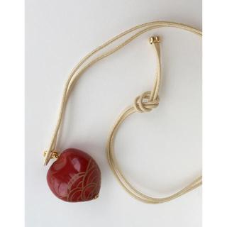 アッシュペーフランス(H.P.FRANCE)の漆塗り 蒔絵  ペンダント ネックレス 赤 絹紐 シルクコード 朱色 漆芸(ネックレス)