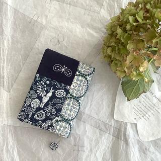 ミナペルホネン(mina perhonen)のセレブレイト♡パッチのブックカバー♡文庫本サイズ♡ハンドメイドとはぎれ(ブックカバー)