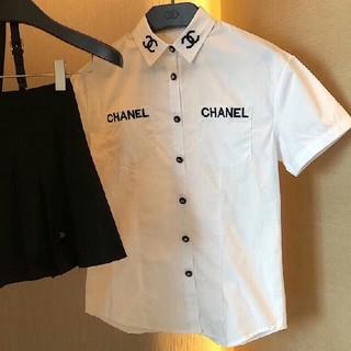 シャネル(CHANEL)の限定刺繍ロゴレディース半袖シャツ(ロゴボタン)(シャツ/ブラウス(半袖/袖なし))