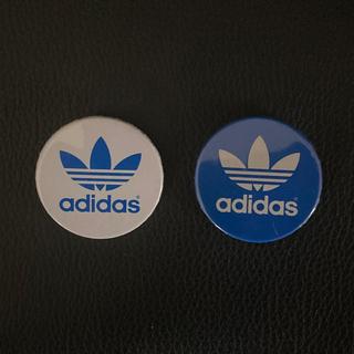 アディダス(adidas)のadidas アディダス/ノベルティ 缶バッチ2個セット/白、青/約350mm(バッジ/ピンバッジ)