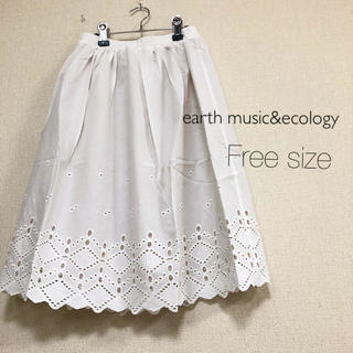 アースミュージックアンドエコロジー(earth music & ecology)のearth music&ecology ⭐️新品⭐️カットワーク刺繍スカート(ひざ丈スカート)