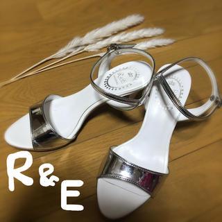 アールアンドイー(R&E)のR&E シルバーメタリックサンダル(サンダル)