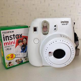 フジフイルム(富士フイルム)のinstax mini 8+ チェキ バニラ(フィルムカメラ)