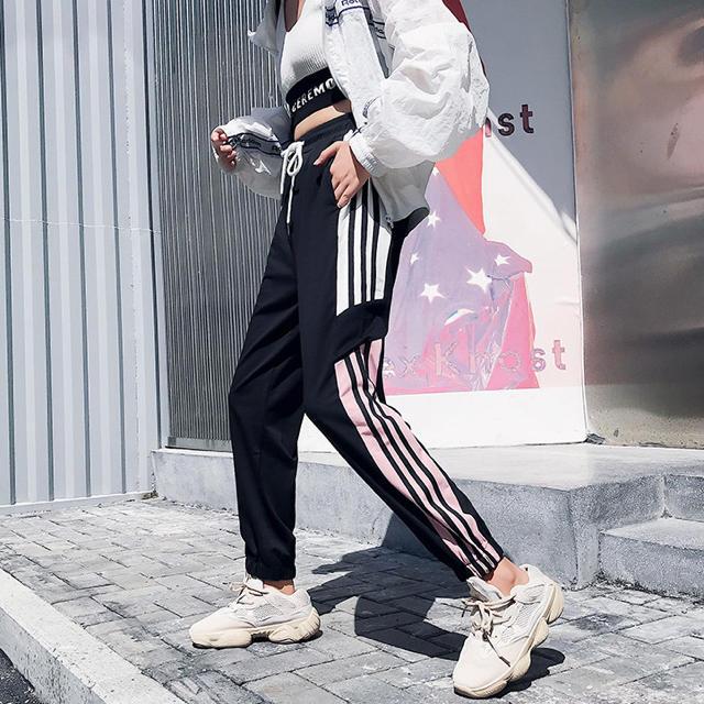 adidas(アディダス)のジャージ スウェット ラインパンツ トラックパンツ NERDY ジョガーパンツ  レディースのパンツ(カジュアルパンツ)の商品写真
