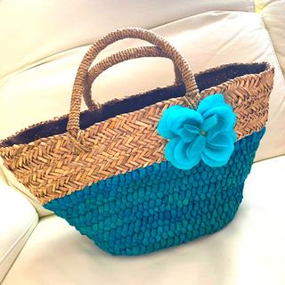ラドロー(LUDLOW)の手編み花付き かごバッグ ターコイズブルー(かごバッグ/ストローバッグ)
