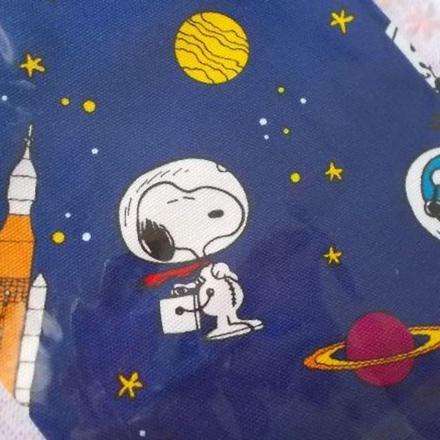 SNOOPY(スヌーピー)のスヌーピーPEANUTS三角巾ゴム付き・宇宙ブルー キッズ/ベビー/マタニティの授乳/お食事用品(お食事エプロン)の商品写真