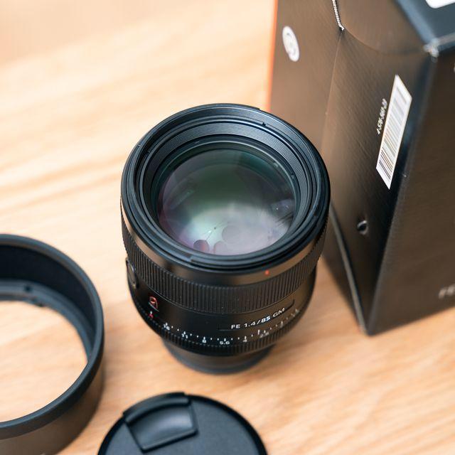 SONY(ソニー)の【美品】SONY FE 85mm F1.4 GM SEL85F14GM スマホ/家電/カメラのカメラ(レンズ(単焦点))の商品写真