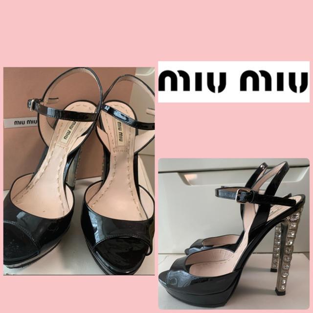 miumiu(ミュウミュウ)のミュウミュウ ブラックパテント ビジューヒール サンダル レディースの靴/シューズ(サンダル)の商品写真