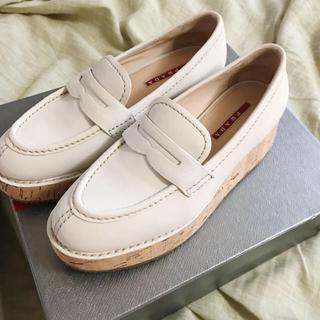プラダ(PRADA)の美品✨PRADA ローファー ホワイト (ローファー/革靴)