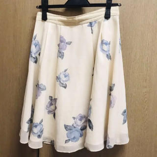 レッセパッセ(LAISSE PASSE)のLAISSE PASSEのオフホワイトバラ柄スカート(ひざ丈スカート)