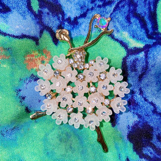 アッシュペーフランス(H.P.FRANCE)の❆花を纏ったバレリーナ ブローチ❆ レトロビンテージ カモミールピンク 一点物(ブローチ/コサージュ)