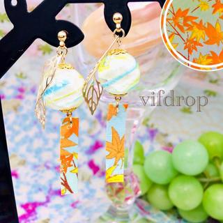 黄水色ビー玉ガラス&【今春水色 紅葉柄】和紙の風鈴ピアス イヤリング(ピアス)