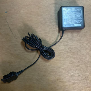 エーユー(au)のau ACアダプタ ガラケー用充電器 0202PQA(バッテリー/充電器)
