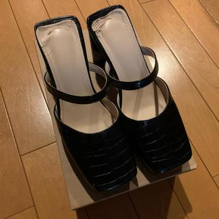 ロキエ(Lochie)のTreat ürself croco leather sandals black(サンダル)