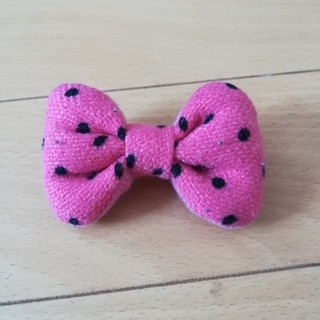 ピンクに黒のドットリボンブローチ