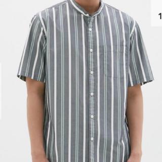 ジーユー(GU)のジーユー スタンドカラーシャツ ストライプ M(ポロシャツ)