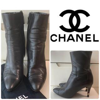 シャネル(CHANEL)のCHANEL ブラックレザー ロゴヒール ブーツ(ブーツ)