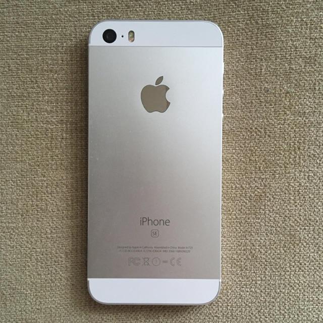 iPhone(アイフォーン)のiPhone SE Silver 32 GB SIMフリー スマホ/家電/カメラのスマートフォン/携帯電話(スマートフォン本体)の商品写真