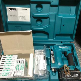 マキタ(Makita)のマキタ充電式タッカST312中古動作品‼️ステープルオマケ‼️バッテリー5Ah(工具/メンテナンス)