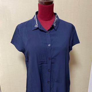 グローバルワーク(GLOBAL WORK)の【夏物衣料最終価格】GLOBAL WORK ビジュー付き半袖ブラウス 紺色(シャツ/ブラウス(半袖/袖なし))