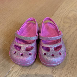 クロックス(crocs)の【美品】crocs ラメピンク サンダル C5(サンダル)