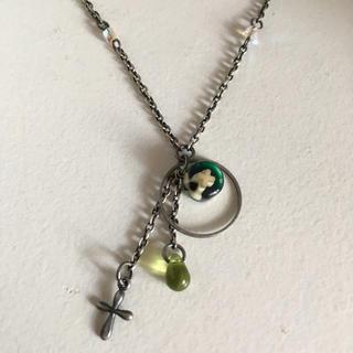 フェリシモ(FELISSIMO)のネックレス ビーズ ガラス クロス 十字架 グリーン シルバー(ネックレス)