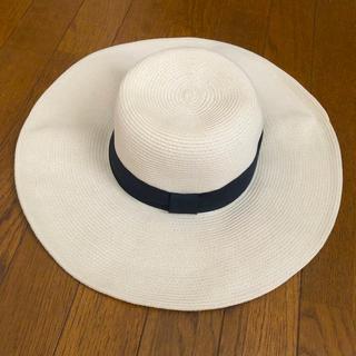 ユニクロ(UNIQLO)のUNIQLO ホワイト麦わら帽子 新品未使用 CA4LA HELEN(麦わら帽子/ストローハット)