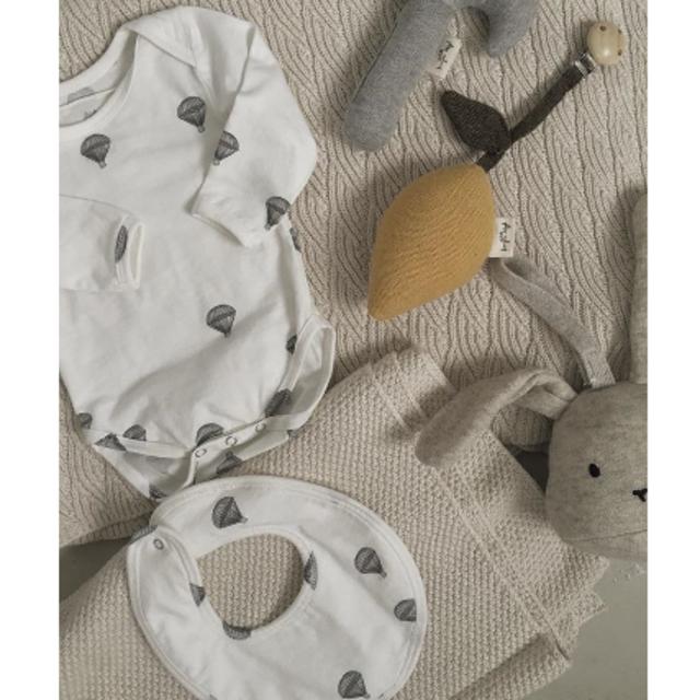 PETIT BATEAU(プチバトー)の新品✦Konges Sloejd オーガニックスタイ(parachute柄) キッズ/ベビー/マタニティのこども用ファッション小物(ベビースタイ/よだれかけ)の商品写真