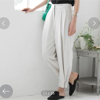 ヴィス(ViS)の裾ベルト付きタックパンツ(カジュアルパンツ)