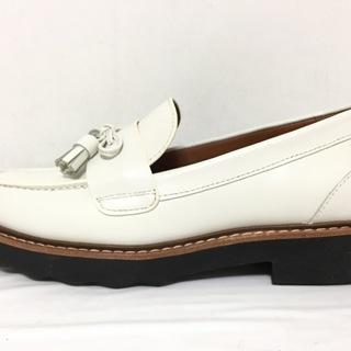 コーチ(COACH)のコーチ ローファー 5 レディース美品  - 白(ローファー/革靴)
